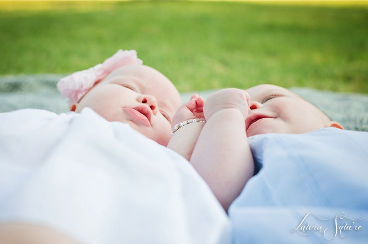 twin baby photo shoot outdoors