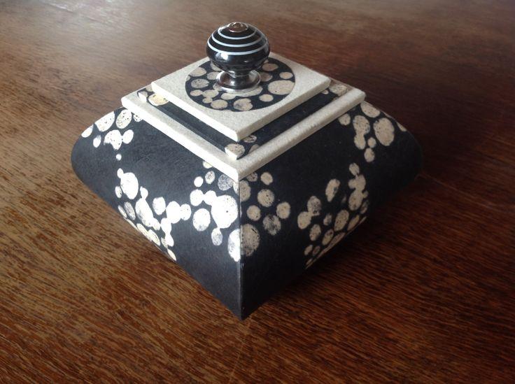 une boite corolle à coins fermés recouverte d'un papier de chez Witchpaper.