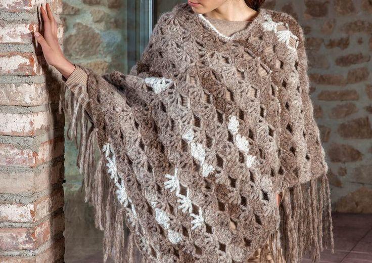 Dieser Fransen-Poncho empfiehlt sich nicht nur durch sein schönes Fantasie-Muster, das Material aus superweicher Alpaca-Wolle macht dieses Kunstwerk perfekt.
