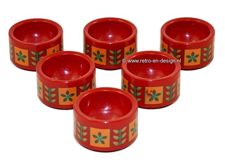 Vintage Plastic eierdopjes jaren 60/70  Set van zes Eierdopjes, plastic.   Vintage uit de jaren 60/70. Deze eierdopjes die doen denken aan de stijl van EMSA maken iedere ochtend van je ontbijt een klein feestje. In het rood, oranje, groen. Zes stuks en stapelbaar.  zie: http://www.retro-en-design.nl/a-44027385/plastic/vintage-plastic-eierdopjes-jaren-60-70/