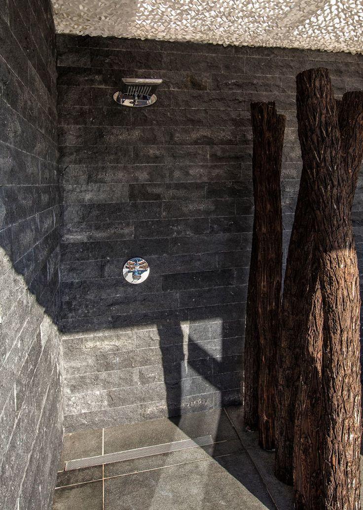 Gekapte steen buiten douche: rustieke & brocante Spa door Medie Interieurarchitectuur