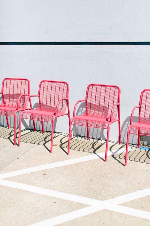 Un fauteuil rose graphique au jardin et c'est toute la déco extérieure qui s'anime !