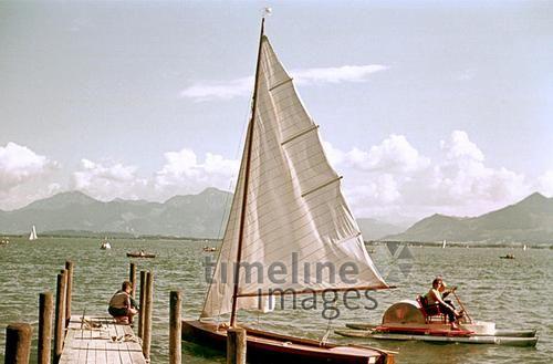Segelboot am Chiemsee, 1955 Dillo/Timeline Images #Boot #Segelboot #See #Freizeit #Steg