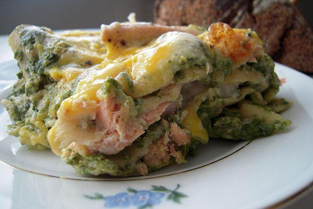 Denne lakse-spinat lasagne er en god afveksling til den traditionelle, italienske lasagne. Server den med en god skive brød og en grov og knasende salat til. Et koldt glas hvidvin vil også klæde de…