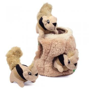 Hundespielzeug - Hide-A-Squirrel. Ein Kogel mit kleinen Eichhörnchen. Das Spielzeug ist aus Plüsch. Die Eichhörnchen haben im Inneren noch einen Quietscher, der Ihren Hund zum Spielen animieren soll. Sie können die drei Kleinen im Kogel verstecken  und Ihr Hund geht auf die Suche  und muß sie aus dem Versteck ziehen. Macht bestimmt viel Spaß!!!