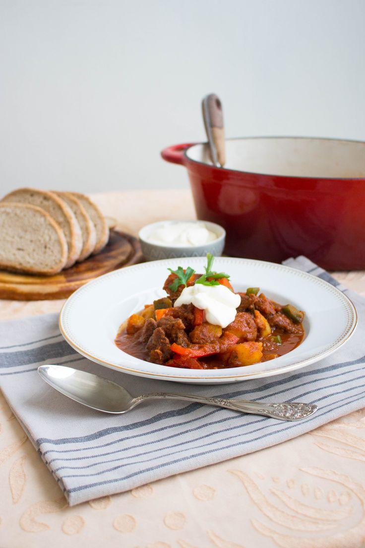 Oj vilken fantastiskt mustig ungersk gulaschgjord på mitt vis. Mycket god gryta som gärna får puttra i några timmar så köttet blir riktigt mört och smakerna på kryddorna får komma fram. Den serveras med gott ungerskt potatisbröd. Potatisen i brödet ger den en härlig karaktär och en mjuk konsistens. Passar utmärkt att doppa i grytan. …