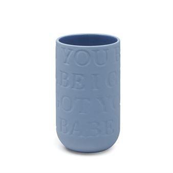 Love Song-vasen i indigo fra Kähler kombinerer et rått uttrykk med et kjærlighetsfylt budskap. Den populære vasen er designet av Ditte Reckweg og Jelena Schou Nordentoft og har en herlig farge inspirert av det mørkeblå havet. Den er laget i ubehandlet steingods med en glassert innside og har innpreget tekster fra kjente kjærlighetssanger som