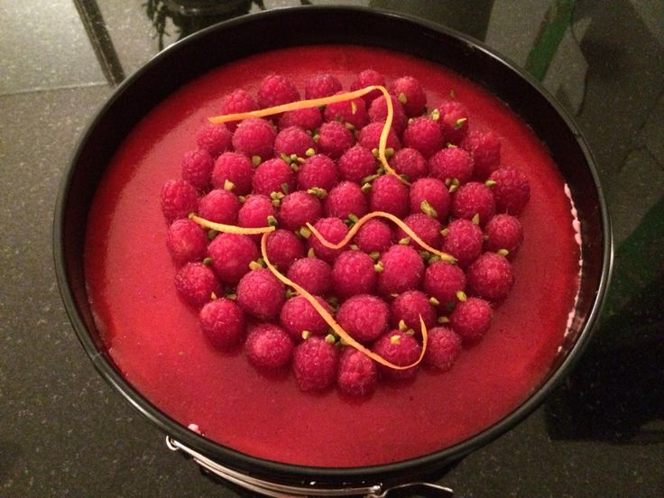 Bavarois aux framboises Pour le gâteau au chocolat : - 1 oeuf - 60 g de beurre - 30 g de chocolat - 75 g sucre - 45 g de farine - le jus d'1 orange - 1 trait de rhum  Pour le bavarois : - 500 g de framboises (surgelées ou fraîches) - le jus d'1n citron - 6 feuilles de gélatine - 40 cl de crème liquide - 200 g de sucre  Pour le nappage: - 100 g de coulis (framboise ou fruits rouges) - 2 feuilles de gélatine
