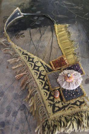 rose des sables et scarabée d'or  collier frangé et perlé