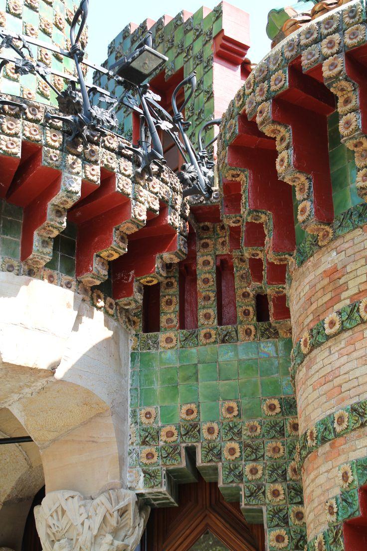 El Capricho define bien el estilo de la primera época del arquitecto Antonio Gaudí, con marcada influencia mudéjar y alternativa entre el medievalismo y los toques orientalizantes. Es un edificio rico en redondeces en que destacan el ladrillo visto i las franjas de cerámica vidriada que decoran la fachada.