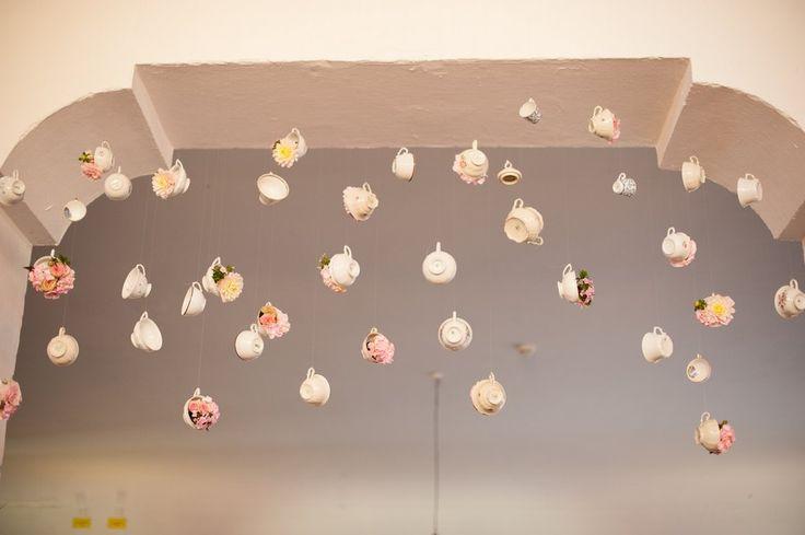 Hängende Tassen mit Blumen. Eine Hochzeit in rosa und weiß auf Gut Sonnenhausen bei München. Konzept: Trauwerk. Fotos: Petra Hennemann. www.hochzeitsgezwitscher.de