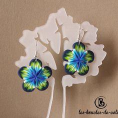 Boucles d'oreilles: grandes fleurs bleues et jaunes