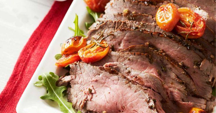 Tarjoa viipaleiksi leikattu balsamicomarinoitu paahtopaisti rucolapediltä paahdettujen tomaattien kera.