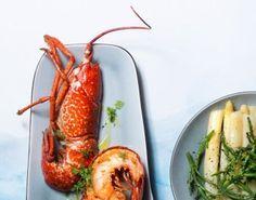 Kreeft met botersaus, witte asperges en zeekraal