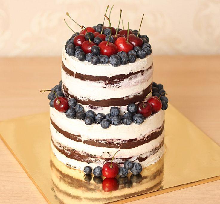 Что такое стиль рустик? 🎂  Под ним понимают минимализм, простоту исполнения. Если говорить о торте в стиле рустик, то это означает, что десерт очень прост и в выпечке, и в оформлении - чаще всего это шоколадный ганаш или цветная глазурь, украшенная или свежими ягодами и фруктами, или живыми цветами, розмарином, мятой, либо же съедобными цветами... Зачастую украшение торта в стиле рустик очень просто, без особых изысков.🍭 Некоторые кондитеры называют такой стиль деревенским. А как Вам такой…