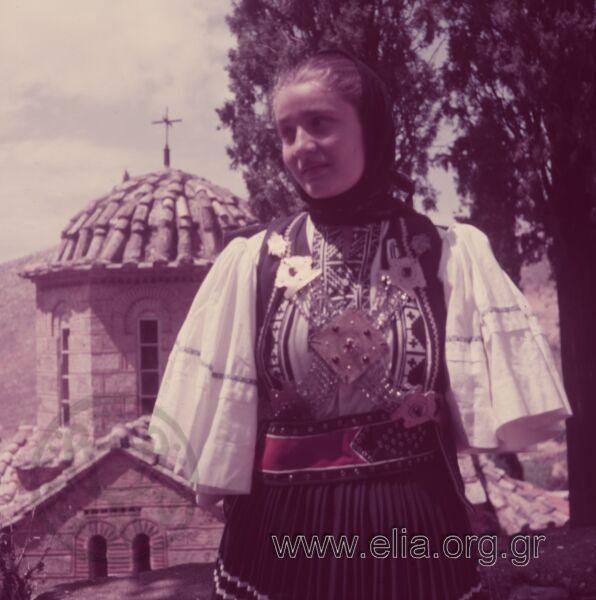 Η Καίτη Καρεκλά-Φραγκιαδάκη με φορεσιά Σαρακατσάνας Ηπείρου Χρονολογία1960 δεκαετία Αρχείο/ΣυλλογήΠΑΠΑΔΗΜΟΣ, ΔΗΜΗΤΡΗΣ και ΦΡΑΓΚΙΑ, ΕΛΕΝΗ