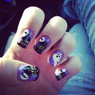 Una casa encantada al anochecer. | 27 ideas divinamente espeluznantes para decorarte las uñas en Halloween