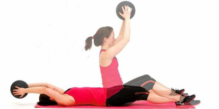 Sit-ups med ballkast Slik gjør du: Ligg på ryggen og hold en medisinball noen cm over gulvet med strake armer bak hodet. Løft overkroppen samtidig som du flytter ballen til foran brystet. Kast ballen opp og ta den imot. Senk deg ned igjen, ryggvirvel for ryggvirvel. Repetisjoner: 10–12 på hver side. Morsommere variant: Sitt ansikt til ansikt med en treningspartner, og kast ballen til hverandre hver gang dere kommer i oppreist stilling.