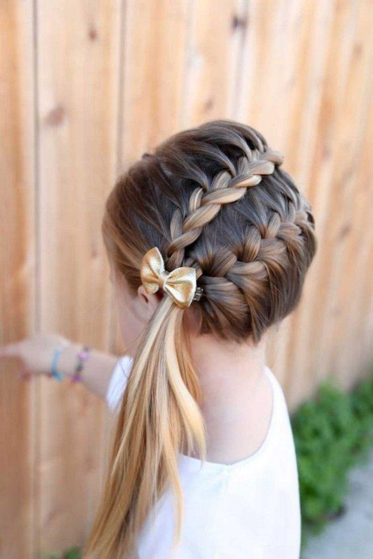 coiffure petite fille tresse sur côté associée queue cheval longue