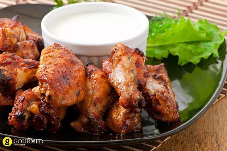 Ψητές φτερούγες κοτόπουλο με ντιπ γιαούρτι με μυρωδικά - gourmed.gr
