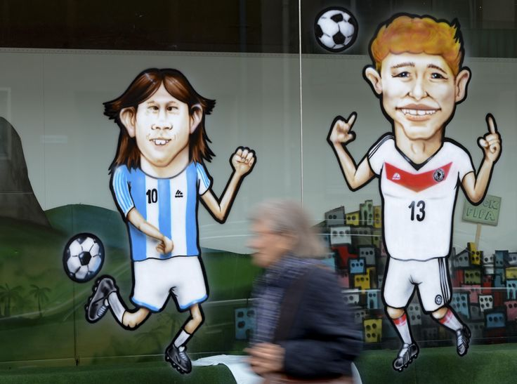 Caricaturi ale argentinianului Lionel Messi (S) şi ale germanului Thomas Mueller împodobesc ferestrele unui magazin de imprimare de textile din Frankfurt, Germania, joi, 10 iulie 2014. (  Arne Dedert / EPA  ) - See more at: http://zoom.mediafax.ro/sport/drumul-spre-finala-cupei-mondiale-12929349#sthash.qJLekd8E.dpuf