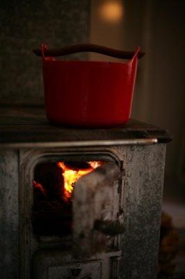 A wonderful wood-burning stove. Great pot. Via Vihreä Talo.