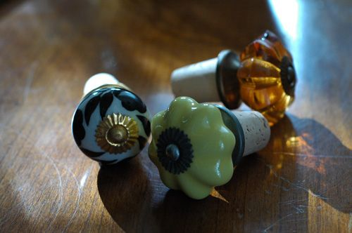 Create decorative bottle stoppers with wine corksCrafts Ideas, Drawers Pulled, Wine Stoppers, Decor Bottle, Wine Corks Crafts, Drawers Knobs, Wine Bottle, Cabinets Knobs, Corks Projects