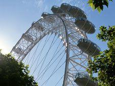 Londres vista desde Londres | The London Eye | Esta singular noria alcanza los 135m y permite unas vistas muy especiales durante media hora. La entrada base cuesta 17,28 libras aunque si se desea tomar una copa de champagne mientras se disfruta de la experiencia el precio sube a 31 libras.
