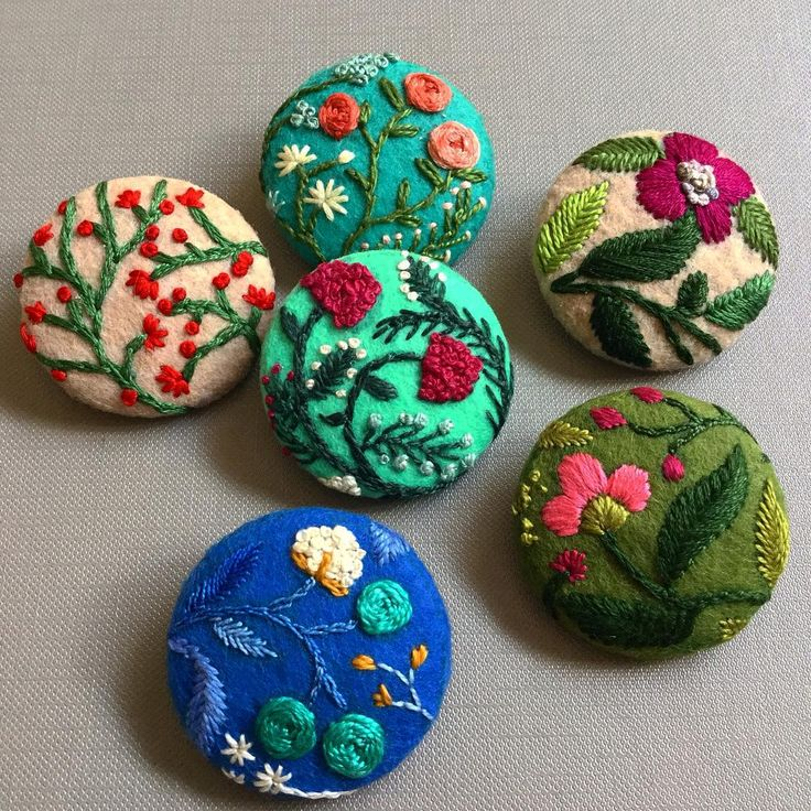 """More floral buttons! I will be listing them soon @etsy  #creamente #etsyshop #etsy #embroidery #buttons #vintage #floral #flowers #colors #nakış…"""