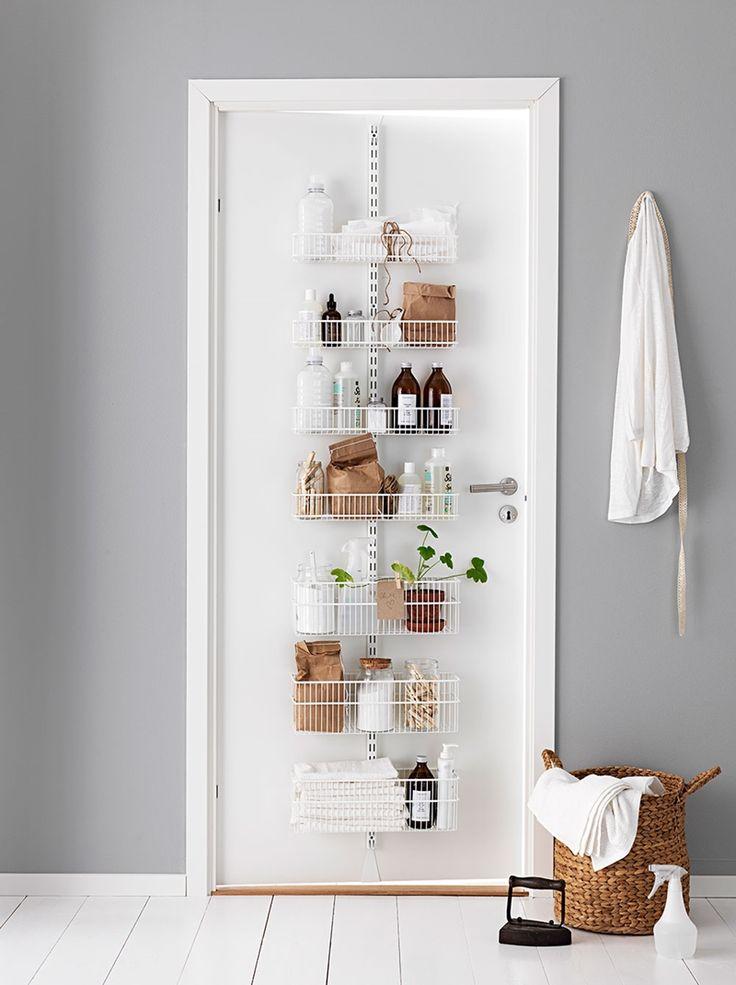 Que tal otimizar ainda mais o espaço do seu #banheiro? Coloque prateleiras atrás da porta do banheiro! #Façavocêmesmo! A #decoração vai ficar ainda mais linda! <3