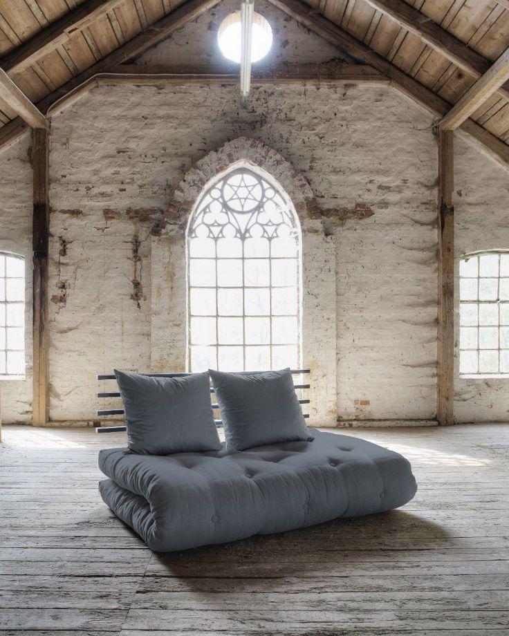 Divano letto futon in solido legno di pino laccato completo di materasso futon 140 x 200cm. SHIN SANO arriva completo di 2 cuscini 50x55cm ed è la soluzione ideale per chi cerca un esclusivo letto futon.
