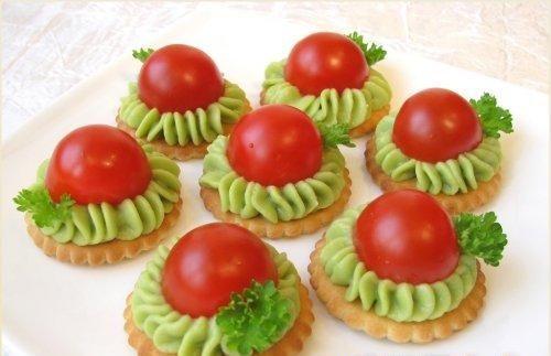 Crackers met avokado en cherry tomaten recept