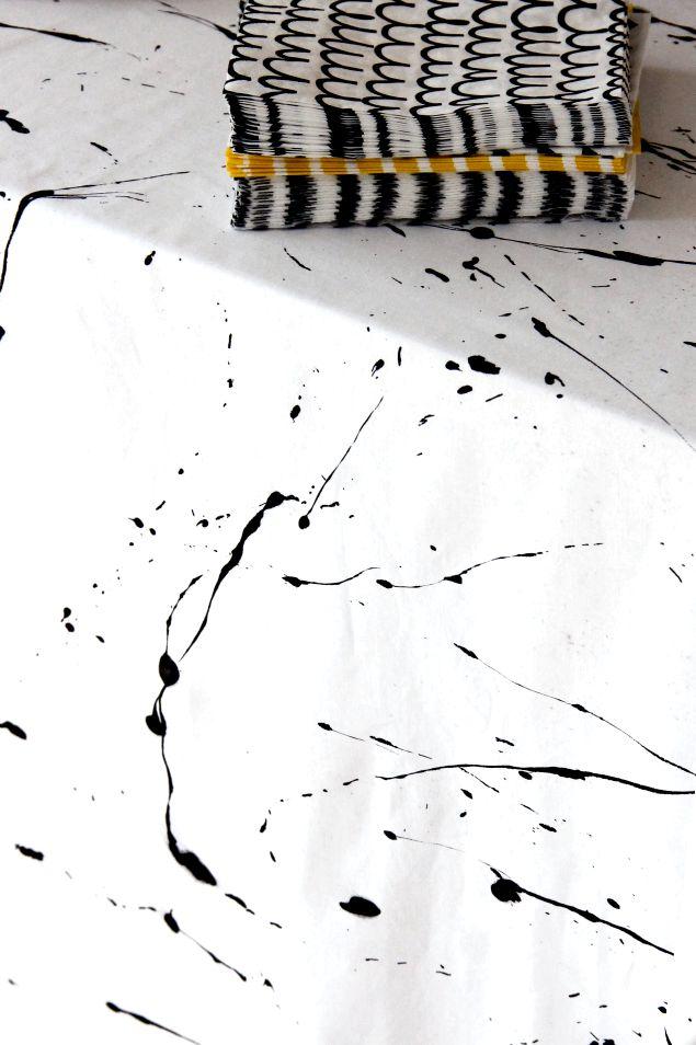 Valkoinen lakana ja mustaa maalia = pöytäliina :)