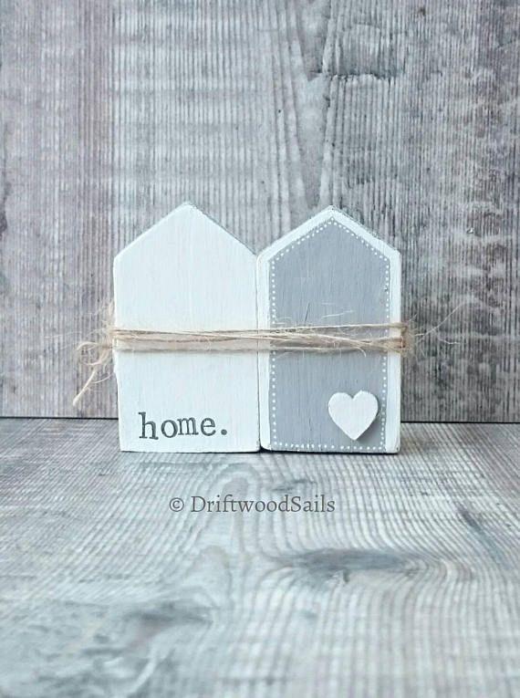 Zuhause. SO Kleines Holzhaus-Set Zuhause ist, wo das Herz ist Original-Artworks von DriftwoodSails Handarbeit mit recycelten Holz und Kreide malen, dieses kleine Holzhaus-Duo hat Silber Dächer funkeln und ist mit Jute & einem kleinen Metall-Schlüssel gebunden. Eine hübsche Ergänzung für Ihre Wohnung oder ein besonderes Geschenk für jemanden der Umzug in ein neues Zuhause. Kunstwerk misst ca. 7 x 6 x 4 cm. Die Häuser können auch getrennt werden, wenn Sie es vorziehen, sie einze…
