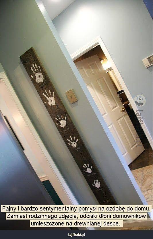 Rodzinna pamiątka - Fajny i bardzo sentymentalny pomysł na ozdobę do domu. Zamiast rodzinnego zdjęcia, odciski dłoni domowników umieszczone na drewnianej desce.