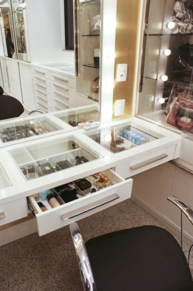 bancada de makes do closet. Makes e bijoux em prateleiras com tampo de vidro. Colocar gaveteiro em baixo para secador, chapinha, escovas ... pensar em tomadas presas ao vidro.