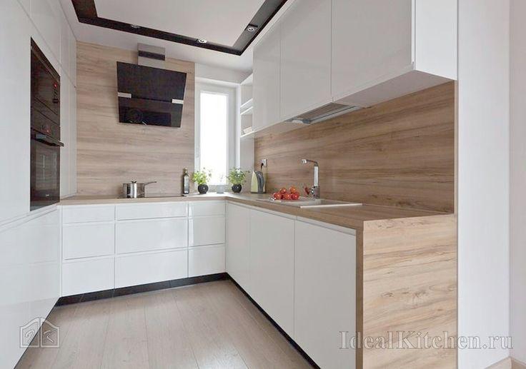 белая кухня модерн с фартуком под дерево
