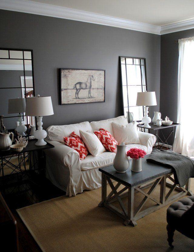 murs en gris foncé et un canapé blanc dans le salon