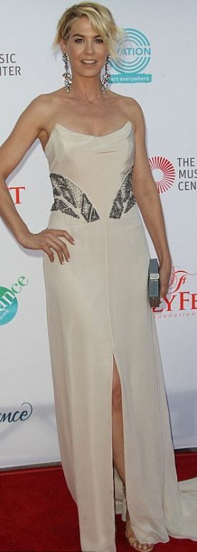 Jenna Elfman: Dress – Theia  Jewelry – Henry Sillam  Purse – Ashlyn'd  Shoes - Jimmy Choo