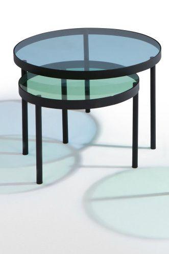 Chroma wurde von unserem MADE Studio entworfen. Hier trifft farbiges Glas auf mattes, schwarzes Metall. Schiebe einen Tisch unter den anderen für eine dritte Farbnuance