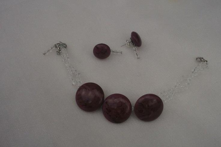 Pulseira e brincos com botões roxos e missangas transparentes.
