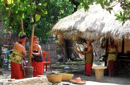 Ridho Rasyid: Menumbuk padi dengan alu dan lesung dalam rangkaian perayaan Maulid Waktu Telu (agama tradisional suku Sasak) di Masyarakat Adat Bayan, Lombok Utara