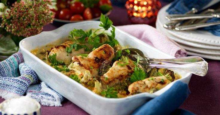 Bjud på en festlig kycklinggratäng med parmesan och salami. Garanterat en succè hos dina gäster!