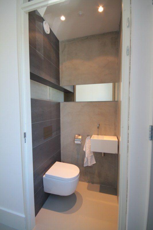 Toilet. Gedeeltelijk betegelt met grote tegels en stucwerk op de wanden. Spiegel in wand geeft leuk effect. http://www.pieterdeboer.com/Project.php?key=90&cat=particulieren