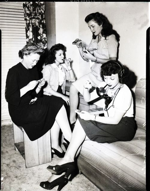 women smoking pipes in 1944. Love this idea haha