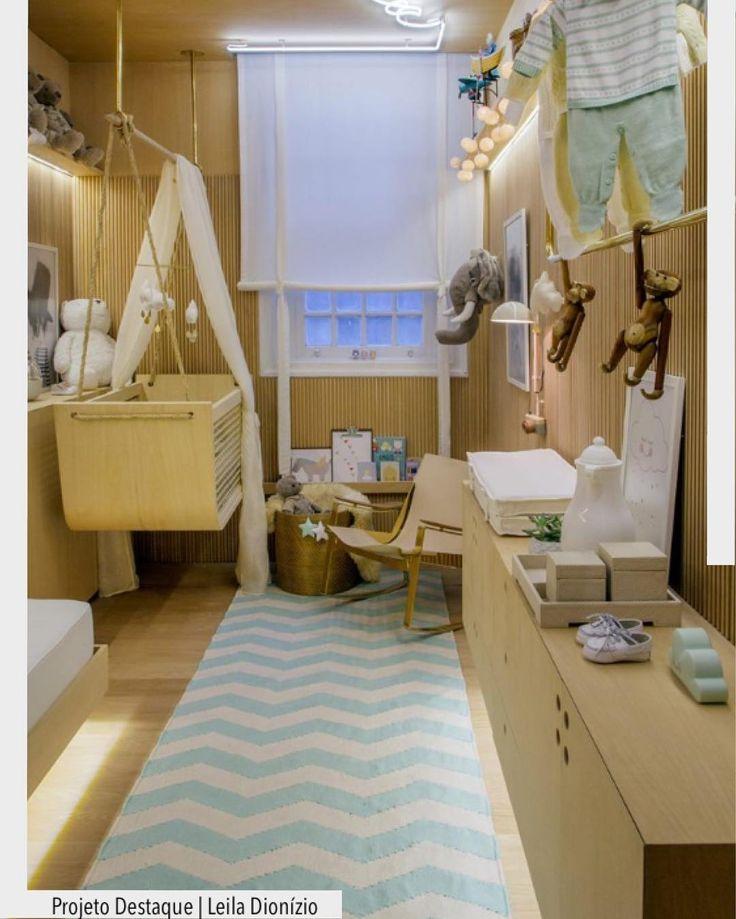 As mamães de plantão já podem se inspirar um quarto de bebê para sonhar!! A madeira predomina em todo mobiliário. O berço de balanço irá facilitar o sono do bebê rsrs e o tapete de Chevron deu toque todo especial.  Eu já quero um assim!  Via @casa_casada Ad Pinterest/ arqdecoracao @arquiteturadecoracao @acstudio.arquitetura #arquiteturadecoracao #olioliteam #instagrambrasil #decor #arquitetura #adquarto #quarto #quartobebe #chevron #decoracao #decor #adquartobebe