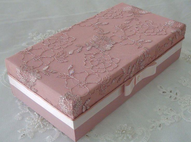 Caixa em MDF forrada com tecido 100% algodão. Apliques em rendas, chatons e flores em cetim e organza. Na sua parte interna possui 8 divisórias e está flocada em preto.