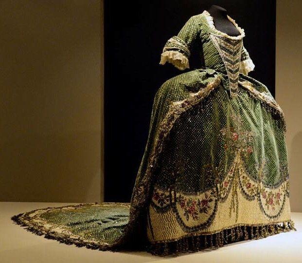 Traje de corte. Virreinato de la Nueva España, S. XVIII. Museo Nacional de Historia. Castillo de Chapultepec. / Viceregal court dress. New Spain, 18th century.