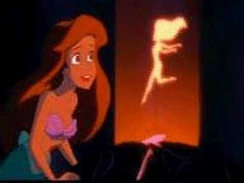No podemos olvidarnos de Úrsula, la villana de La Sirenita. Y eso que, al igual que le ocurrió a Jafar con el genio, la malvada bruja del mar inspirada en la drag queen Divine tuvo que competir en divismo con el cangrejo Sebastián. Lástima que el primer doblaje nos llegara en latino.