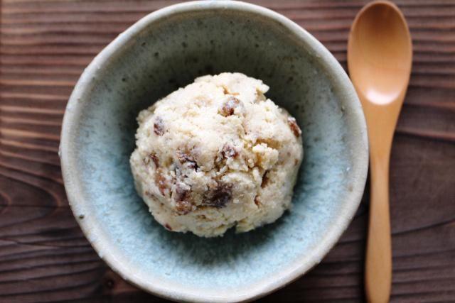 暑くなってくると食べたくなるのが冷たいデザートですね。今回はゆるマクロビスイーツから、夏に嬉しいヘルシーな冷たいデザートを2つご紹介します。 ラムレーズン豆腐アイスクリーム まずは豆腐で作るアイスクリームです。 材料(4~5人分) A 絹豆腐 200g メープルシロップ 50g 白練りゴマ 小さじ1...